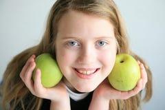 Glückliches Mädchen mit Früchten stockbild