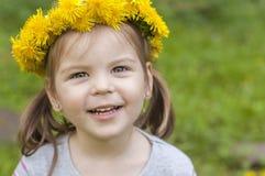 Glückliches Mädchen mit gelben Blumen lizenzfreies stockbild