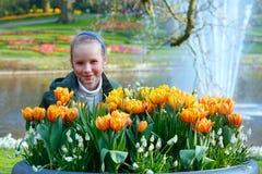 Glückliches Mädchen mit gelben Tulpen Stockbilder