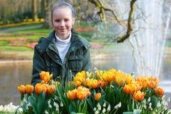Glückliches Mädchen mit gelben Tulpen Stockfotografie