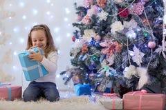 Glückliches Mädchen mit Geschenk Weihnachten Stockfoto