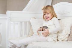 Glückliches Mädchen mit Geschenkkasten Lizenzfreie Stockfotografie