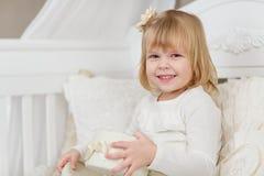 Glückliches Mädchen mit Geschenkkasten Stockfoto