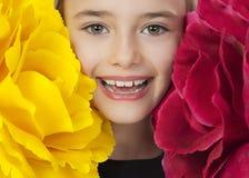 Glückliches Mädchen mit großen Blumen stockfoto