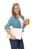 Glückliches Mädchen mit Kaffee und Laptop Lizenzfreie Stockfotografie