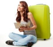 Glückliches Mädchen mit Karte und Gepäck lizenzfreie stockfotografie