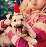 Glückliches Mädchen mit kleinem Mädchen im roten Weihnachtshut stockbilder