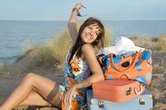 Glückliches Mädchen mit Koffern Stockfoto