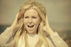 Glückliches Mädchen mit Kranz auf blondem Haar draußen Lizenzfreies Stockfoto