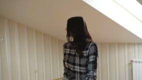 Glückliches Mädchen mit Lächeln geht in Haus an der Kamera langsam stock footage