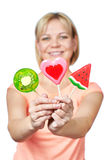 Glückliches Mädchen mit Lutscherherzen, -wassermelone und -Kiwi Stockfoto