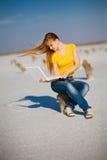 Glückliches Mädchen mit Notizbuch Stockbilder