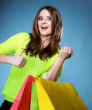 Glückliches Mädchen mit Papiereinkaufstasche. Verkäufe. Stockfotos