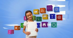 Glückliches Mädchen mit A plus den Grad, der Papiere durch apps Ikonen zeigt Lizenzfreies Stockbild