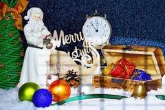 glückliches Mädchen mit Reisenfall Frohe Weihnachten Abbildung kann als Hintergrund benutzt werden Weihnachts-Karte mit Santa Cla Lizenzfreies Stockfoto