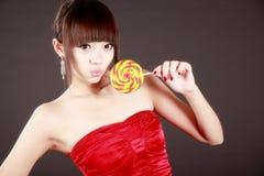Glückliches Mädchen mit süßer Süßigkeit lizenzfreie stockbilder