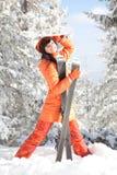 Glückliches Mädchen mit Ski Stockfoto