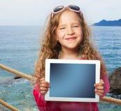 Glückliches Mädchen mit Tablettecomputer lizenzfreies stockbild
