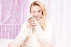 Glückliches Mädchen mit Tasse Tee Stockfotos
