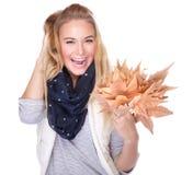 Glückliches Mädchen mit trockenen Blättern Lizenzfreie Stockfotos