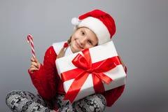 Glückliches Mädchen mit Weihnachtsgeschenk Lizenzfreies Stockfoto