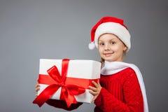 Glückliches Mädchen mit Weihnachtsgeschenk Stockfotos