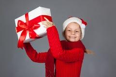 Glückliches Mädchen mit Weihnachtsgeschenk Lizenzfreie Stockfotografie