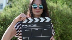 Glückliches Mädchen mit windigem Sommertag der Schindel auf a stock video