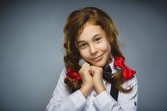 Glückliches Mädchen Nahaufnahme-Porträt des hübschen jugendlich Plädierens oder des Begings auf grauem Hintergrund Lizenzfreie Stockbilder