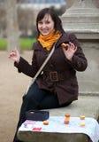 Glückliches Mädchen in Paris mit touristischer Karte Lizenzfreies Stockbild