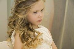 Glückliches Mädchen am Schönheitssalon Stockfotografie