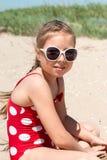 Glückliches Mädchen am Seestrand Stockfotografie