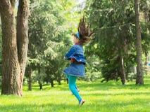 Glückliches Mädchen am Sommer Stockfotografie