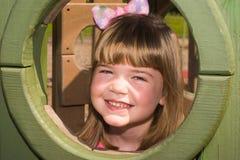Glückliches Mädchen am Spielplatz Lizenzfreie Stockfotos