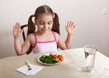 Glückliches Mädchen am Tisch stockfoto