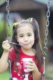 Glückliches Mädchen-Trinkmilch oder Jogurt Stockfotos