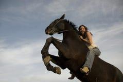 Glückliches Mädchen und Aufzucht Stallion Stockbild