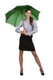 Glückliches Mädchen unter dem grünen Regenschirm Stockbilder