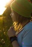 Glückliches Mädchen unter dem Lichtstrahl der Sonne Lizenzfreies Stockfoto