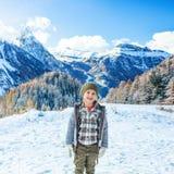 Glückliches Mädchen vor Berglandschaft in Alto Adige, Italien Stockfotografie