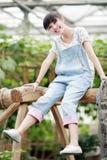 Glückliches Mädchen, welches das Bauernhofleben genießt. Stockfotografie