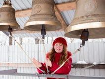 Glückliches Mädchen, welches die Glocken am Wintertag spielt Lizenzfreie Stockfotos
