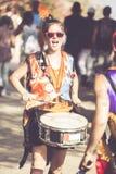 Glückliches Mädchen, welches die Trommeln spielt lizenzfreie stockfotografie