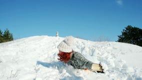 Glückliches Mädchenreiten auf einem Schlitten macht das Foto selfie, verrücktes Foto des Winters, die Frau, die einen Handy in se stock footage