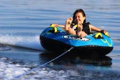 Glückliches Mädchenreiten auf Wasser Stockbild