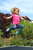 Glückliches Mädchenspringen lizenzfreies stockfoto