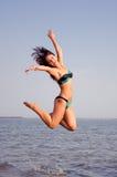 Glückliches Mädchenspringen stockfotos