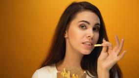 Glückliches Mädchentanzen mit Pommes-Frites, Lieblingsschnellimbiß, erfüllter Kunde stock footage