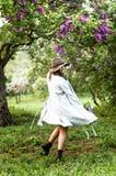 Glückliches Mädchentanzen Stylis im lila Garten stockfotos