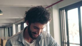Glückliches männliches Lächeln im Café stock video